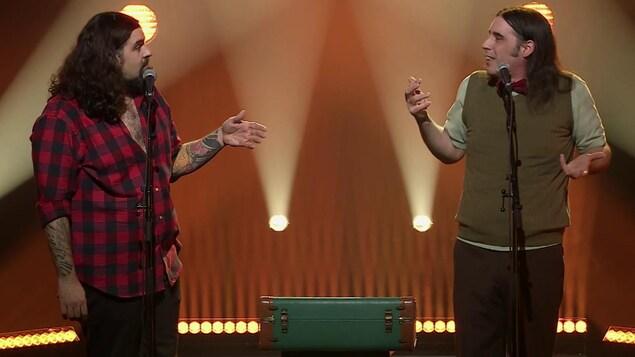 Le duo d'humoristes sur la scène.