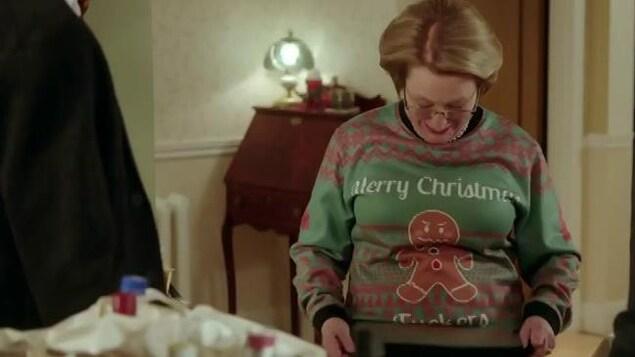Rollande montre son chandail laid à ses enfants.