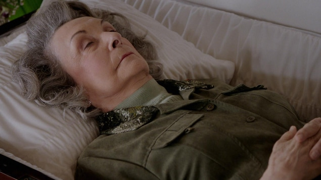 Gervaise est couhée dans un cercueil.