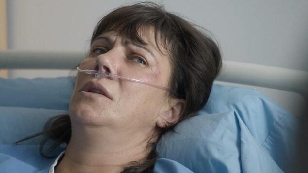 Gabrielle Simard couchée sur un lit d'hôpital.