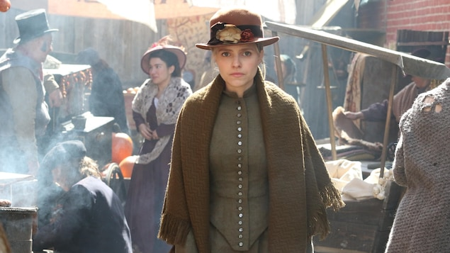 Sarah-Jeanne Labrosse en tenue d'époque