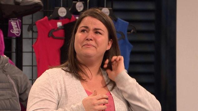 La jeune femme verse des larmes sur le plateau de l'émission Dans l'œil du dragon.