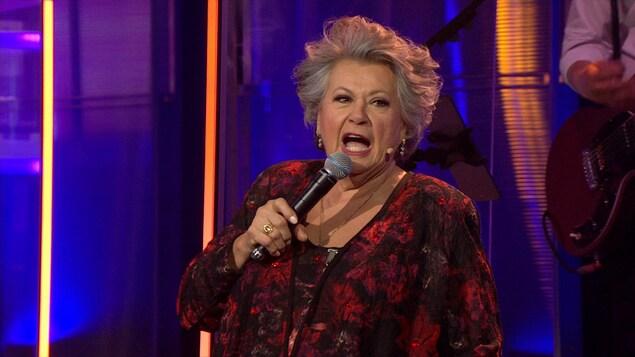 Ginette Reno chante au micro à En direct de l'univers.