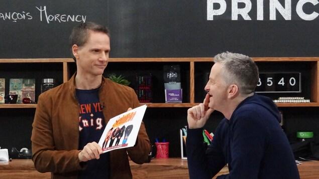 Les deux hommes discutent ensemble.