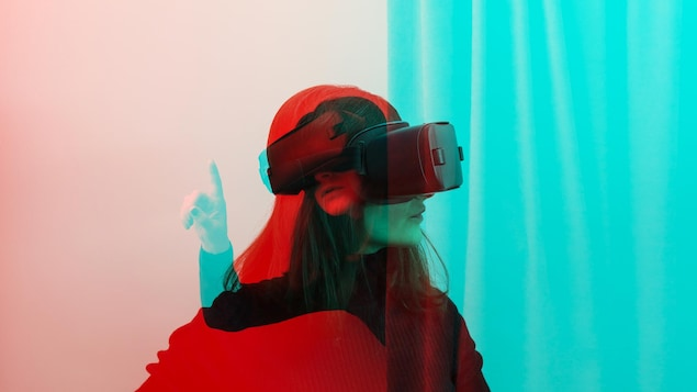 Une femme utilise un casque de réalité virtuelle