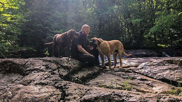 Mathieu Lavallée, son chien et un pensionnaire de son centre canin.