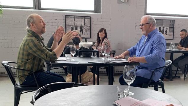 Ils discutent au restaurant.