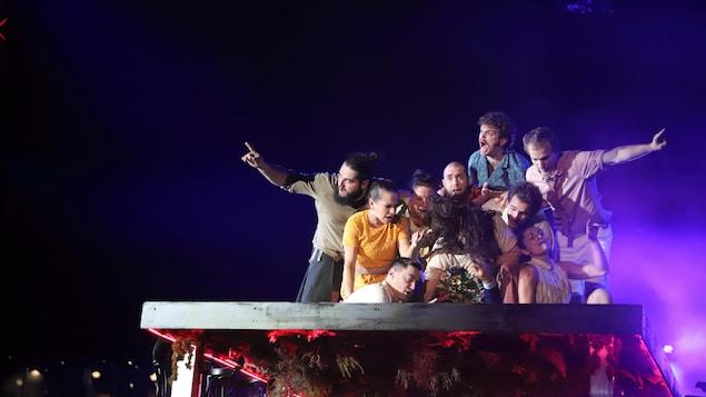 La troupe d'artistes de cirque du spectacle Féria de FLIP Fabrique