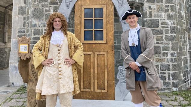 Deux hommes en costume d'époque.