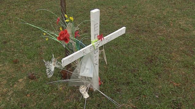 Une croix, des fleurs et un arbre ont été installés en la mémoire de la fillette.