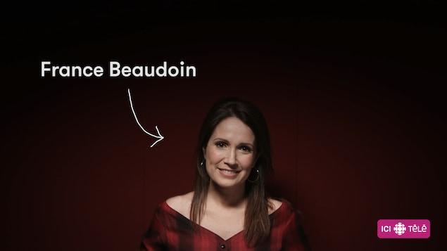 L'animatrice France Beaudoin sur fond rouge