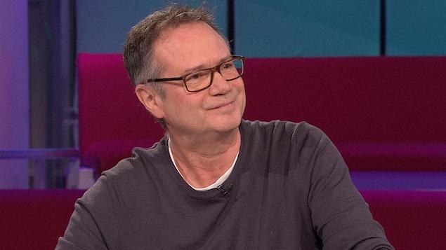 François Pérusse à la table des invités sur le plateau de l'émission «Tout le monde en parle»