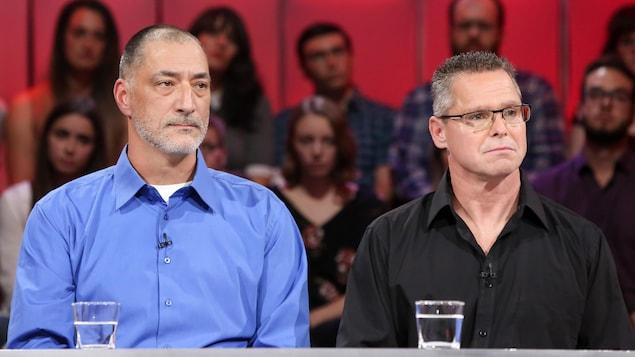 M. Duguay porte une chemise bleue et M. Taillefer une chemise noire.