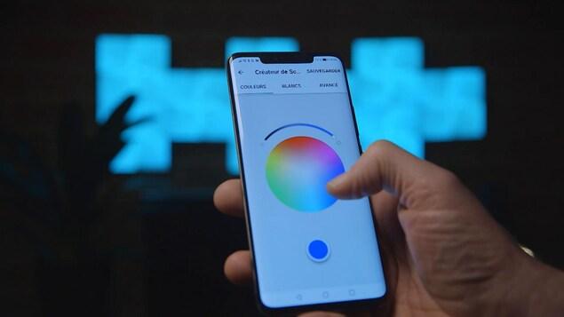Un plan rapproché d'un téléphone cellulaire montre un spectre de couleur.