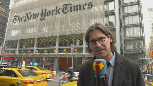Jean-René devant le New York Times.