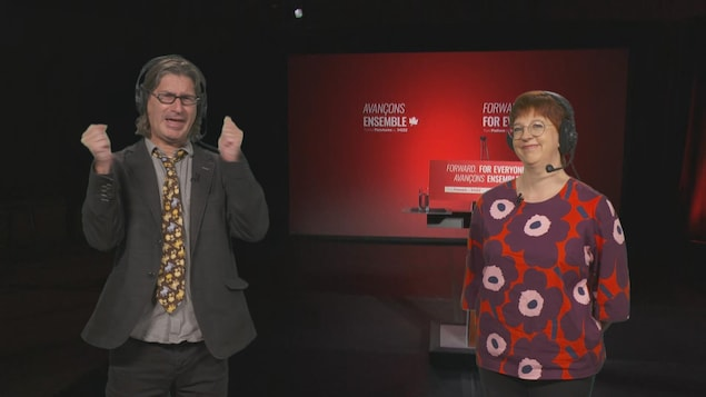 Jean-René Dufort et Chantal Lamarre devant un écran.