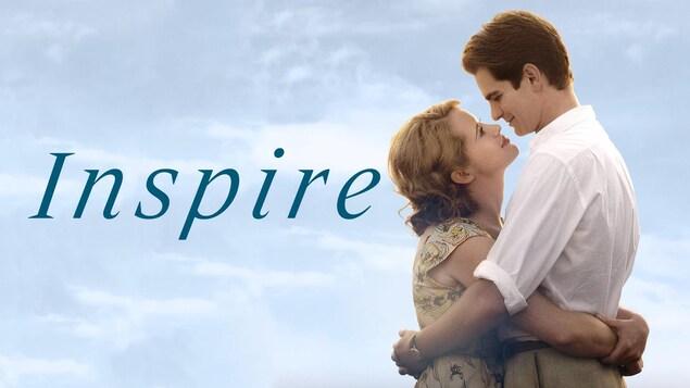 L'affiche du film, un couple enlacé sur un fond de ciel bleu.
