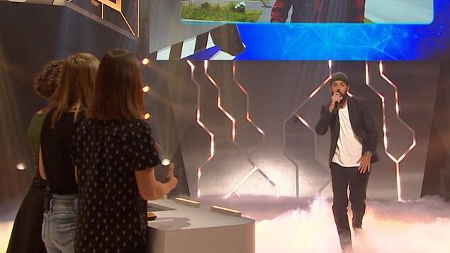 Le chanteur est sur le plateau de l'émission 100 génies.