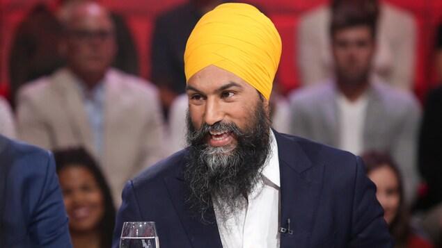 M. Singh, souriant, sur le plateau de Tout le monde en parle.