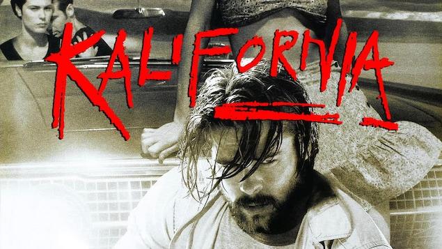 L'affiche du film: en noir et blanc, un jeune homme barbu, l'air patibulaire et au-dessus de lui, les mots Kalifornia en rouge