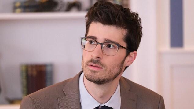 La photo de Simon Beaulé-Bulman, qui interprète Antoine Arsenault, conseiller principal du président.