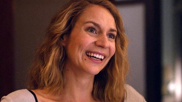 Une jeune femme (Léane Labrèche-Dor) en train de rire.