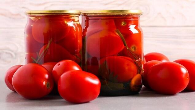 Des conserves de tomates.