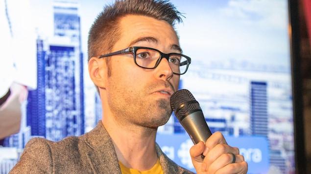 L'animateur Olivier Bernard s'adresse à ses fans au micro.