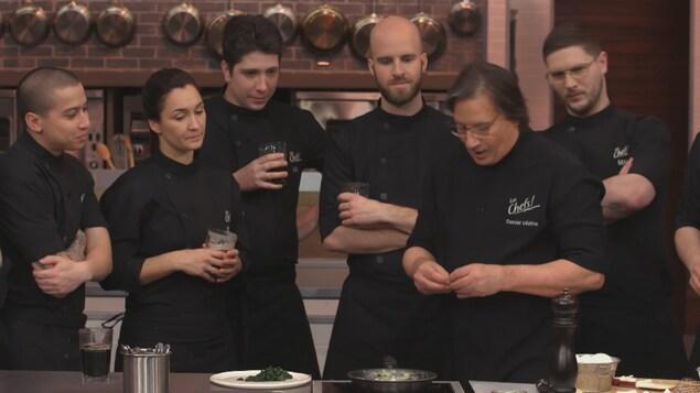 Le chef entouré des participants.