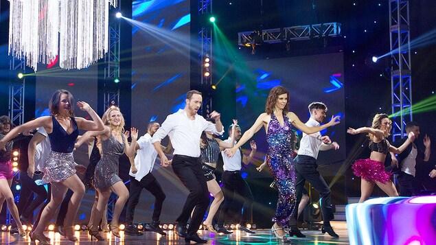 Tous les danseurs dansent sur la scène.