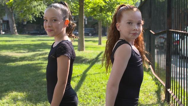 Une photo de Livia Brault et Ève Patenaude prise dans un parc.