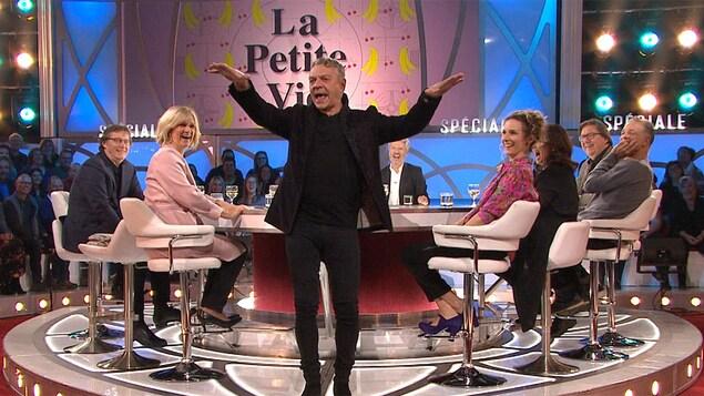 Marc Labrèche qui danse La bamba sur le plateau des Enfants de la télé.