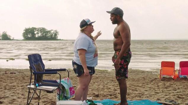 Une femme et un homme debout sur une plage du Québec.