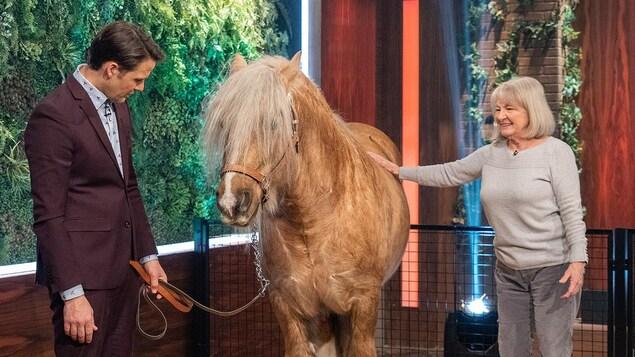 Micheline Lanctôt et Sébastien Kfoury à côté d'un cheval.