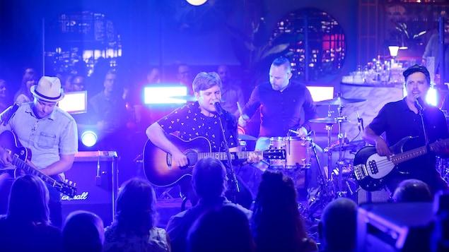Ils interprètent une chanson en s'accompagnant à la guitare ou à la batterie.