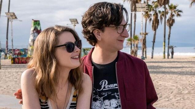 Les deux héros, vingtenaires, sont sur la plage.