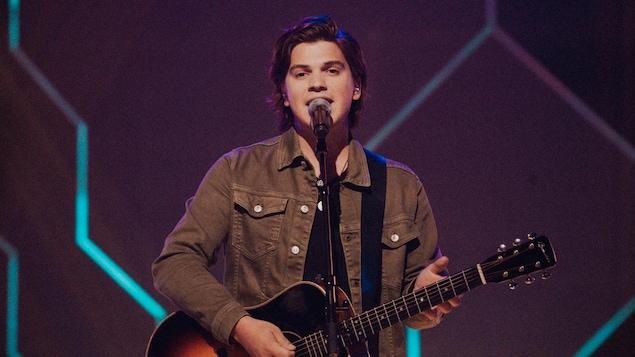 Ludovick chante Desert song avec sa guitare.