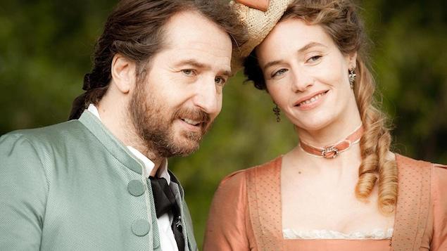 Un homme (Édouard Baer) et une femme (Cécile de France) en tenues d'époque, l'air complice.