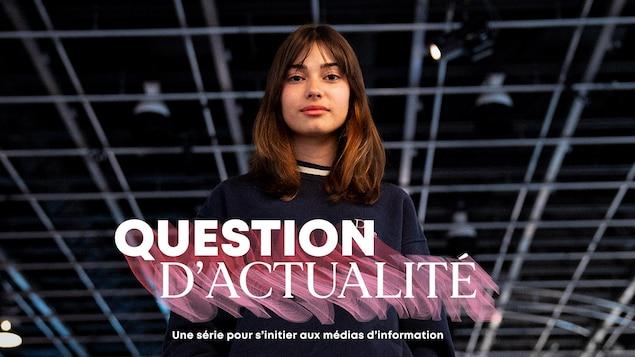 Estelle Fournier a les mains dans les poches. On voit le logo de Question d'actualité - Une série pour s'initier aux médias d'information.