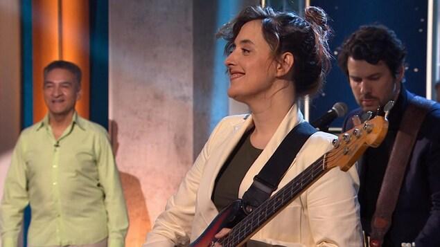 La chanteuse avec sa guitare sur le plateau.
