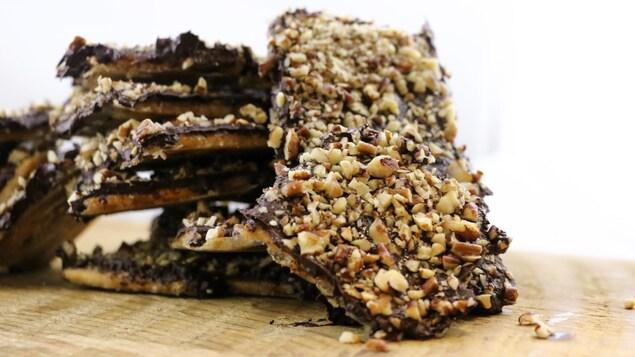 Amoncellement de morceaux de biscuits.