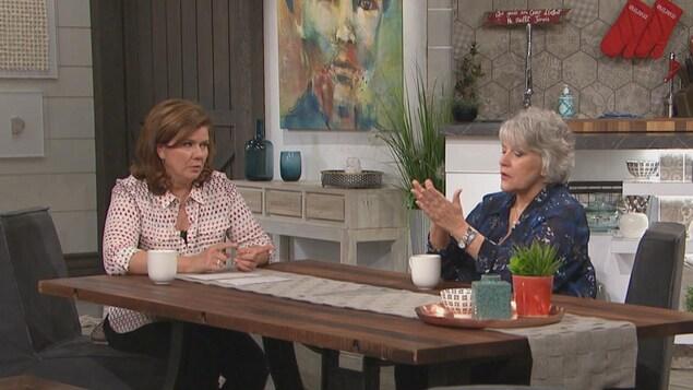 Les deux femmes discutent ensemble.