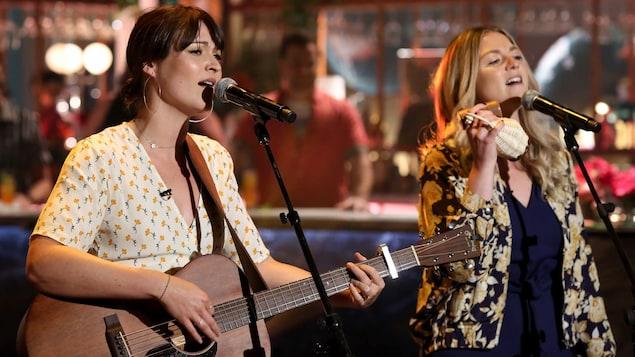 Elles chantent. Stéphanie joue de la guitare.