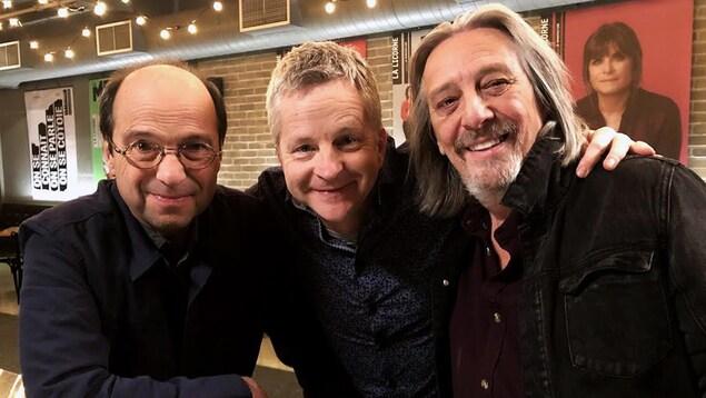 Michel Rivard, André Robitaille et Serge Fiori qui posent pour un photographe.