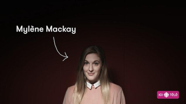 La comédienne Mylène Mackay sur fond rouge
