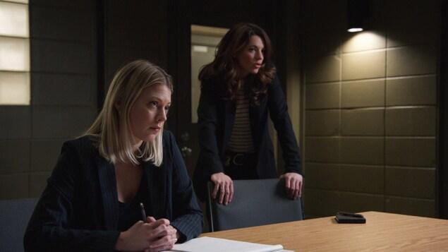 Les comédiennes Catherine St-Laurent et Catherine Renaud dans la salle d'interrogatoire du district 31.