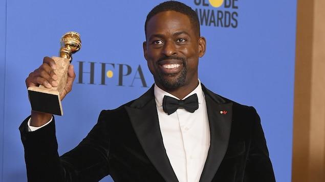 Sterling K. Brown tient fièrement son Golden Globe.