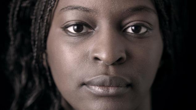 Le visage d'une femme noire en gros plan