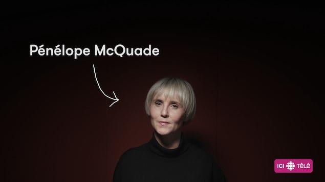 L'animatrice Pénélope McQuade sur fond rouge