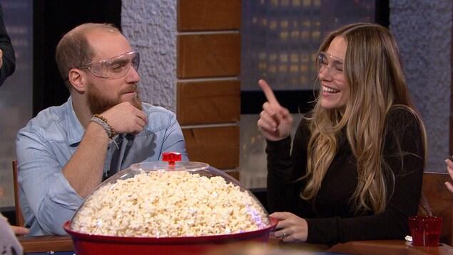 Ils sont devant un gros bol de popcorn.